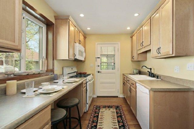 вариант длинной узкой кухни