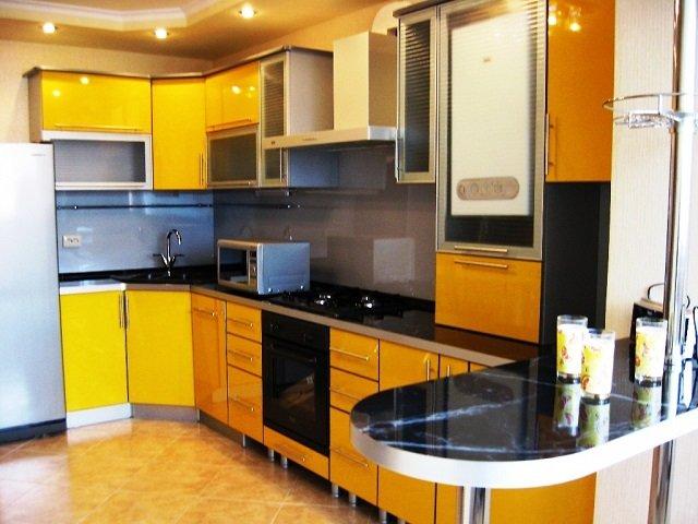 удобный дизайн кухни с барной стойкой