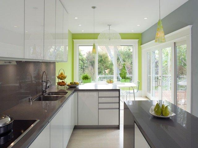 контрастная светлая кухня с добавлением серого