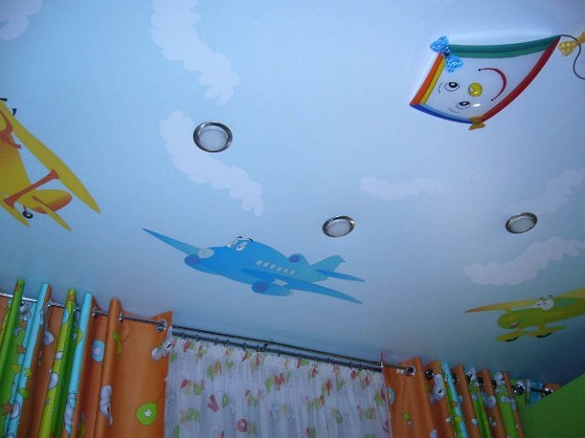 дизайн натяжных потолков в детской комнате развивает ребенка