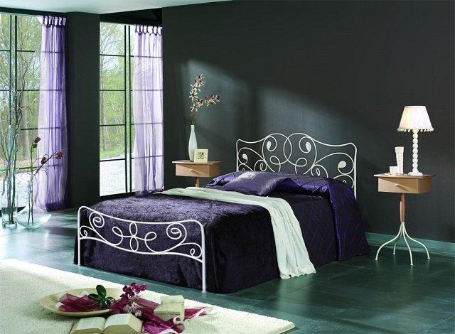 кованые кровати в спальне