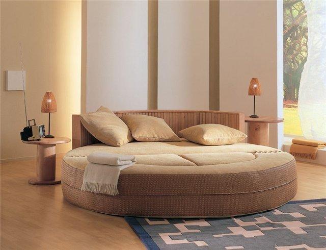 красивая круглая кровать в спальне