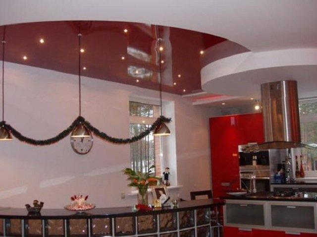 красивый дизайн подвесных потолков на кухне