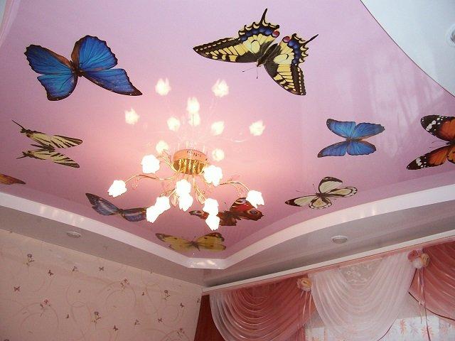 красочный дизайн натяжных потолков в детской комнате развивает ребенка