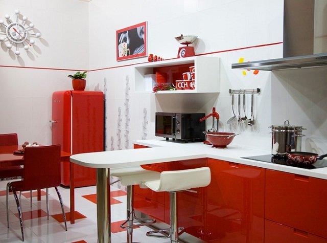 маленький холодильник в интерьере кухни