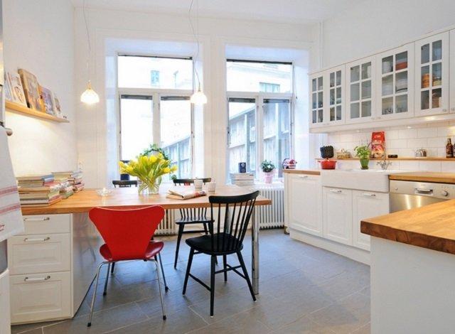 неплохой интерьер светлой кухни