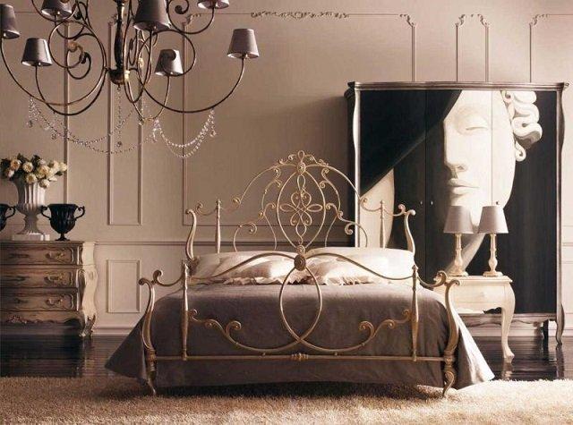 пример роскошной спальни с кованой кроватью