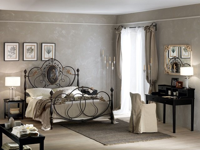роскошный интерьер кованой кровати в спальне