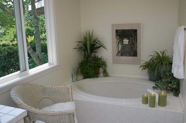 со вкусом сделанная ванная комната с окном