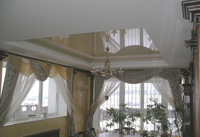 стильные потолки в гостиной