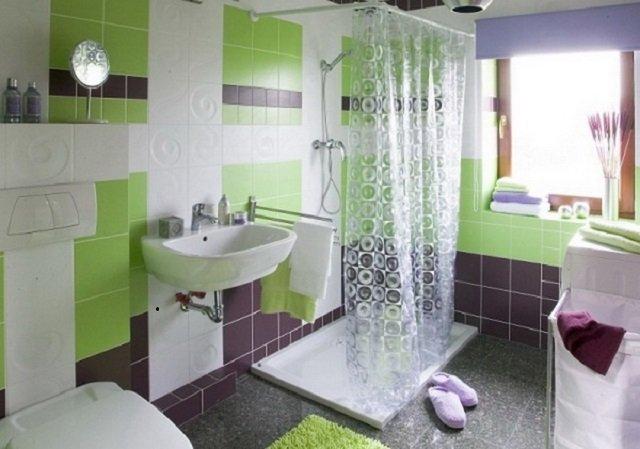 вариант интерьера ванной комнаты с окном