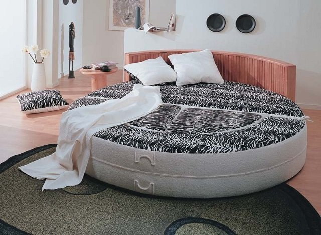 вариант круглой кровати в спальне