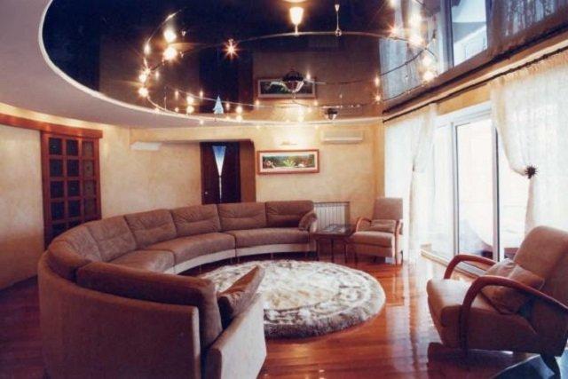вариант натяжных потолков в гостиной