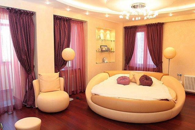 вариант стильной спальной с занавесками