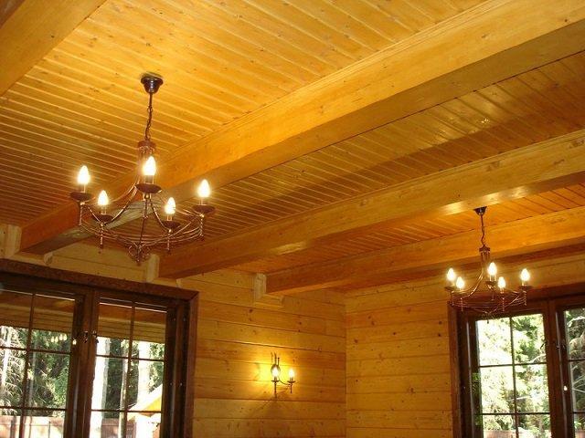 изысканный дизайн деревянного потолка в интерьере собственной комнаты