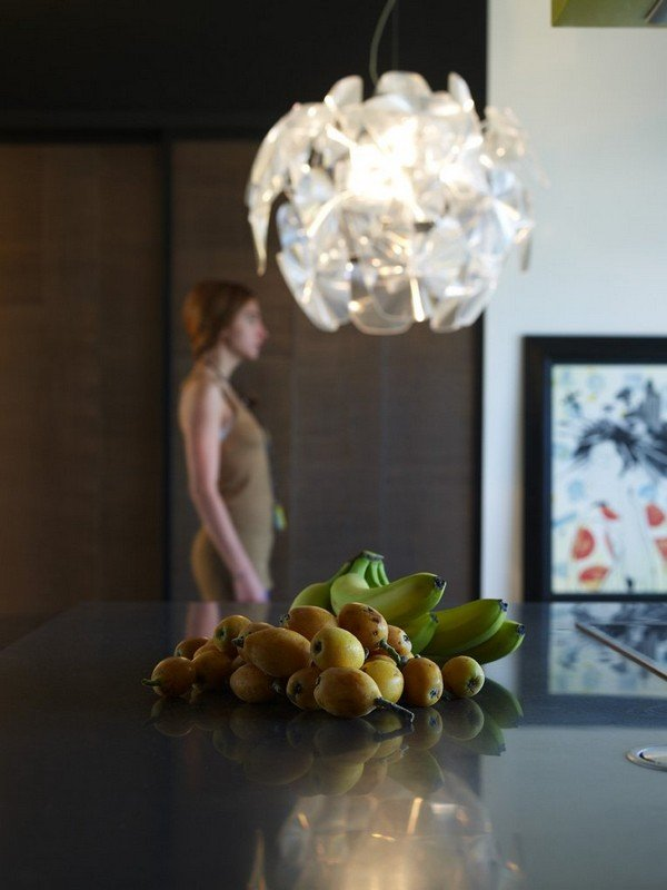 дизайнерская лампа на кухне