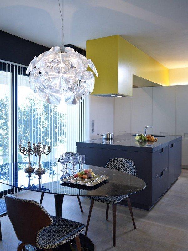 дизайнерская люстра в интерьере кухни