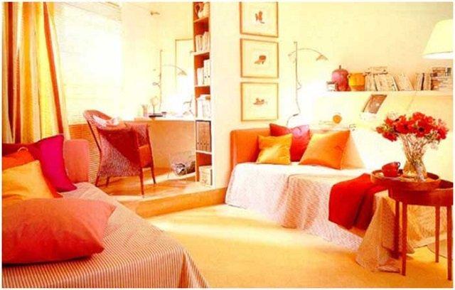 оранжевые обои в гостиной