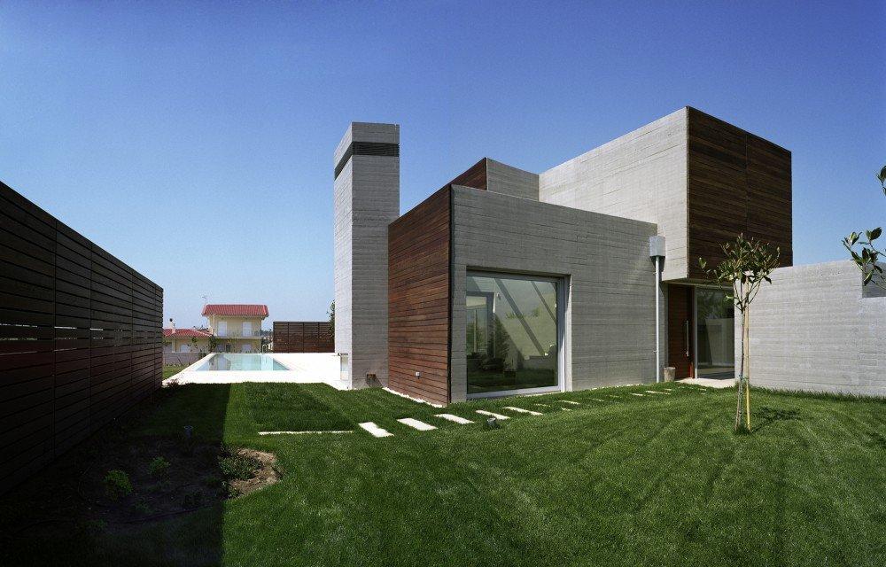 газон во дворе дома фото