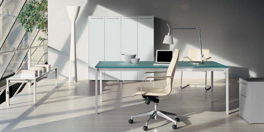 светлая мебель в интерьере офиса