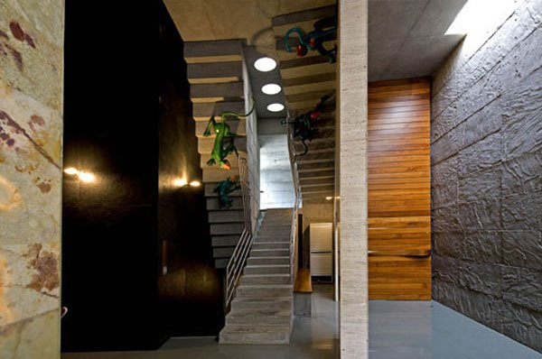 Detail-Matharoo-Curtain-door-Closed