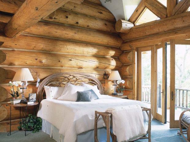 Дерево в интерьер деревенской спальни