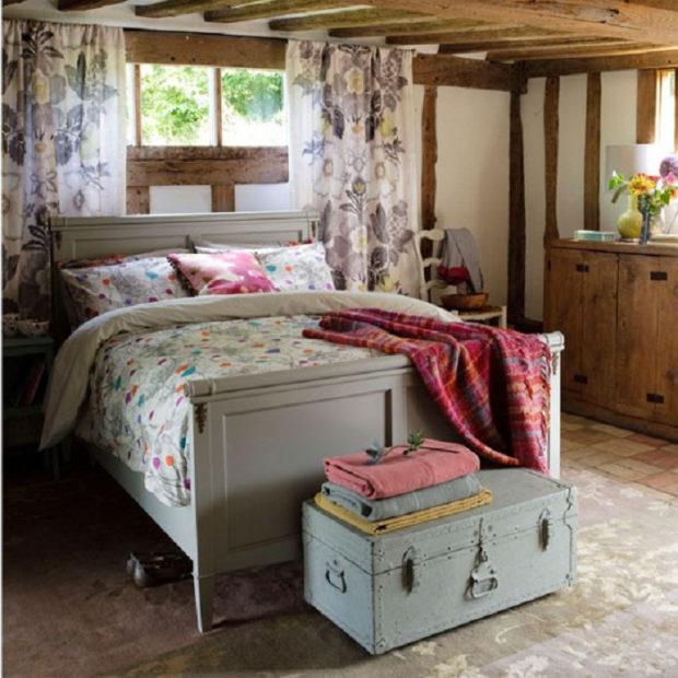 Кровать в стиле кантри