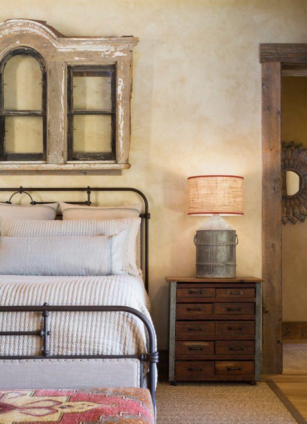 Отделка стен в деревенской спальне
