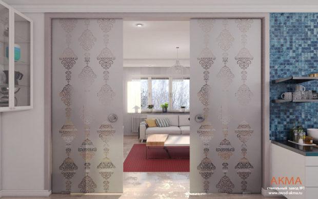 Раздвижные стеклянные перегородки с узором в квартире