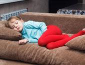 Ребенок лежит на диване